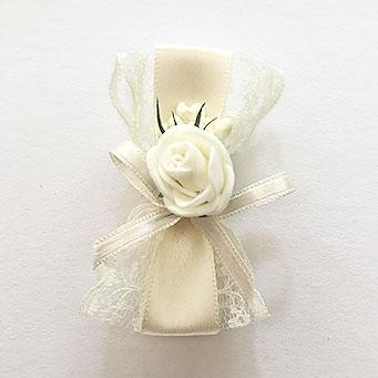 cvetici za svadbu sa cipkom i satenom