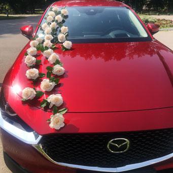 dekoracija automobila za mladence sa ruzama